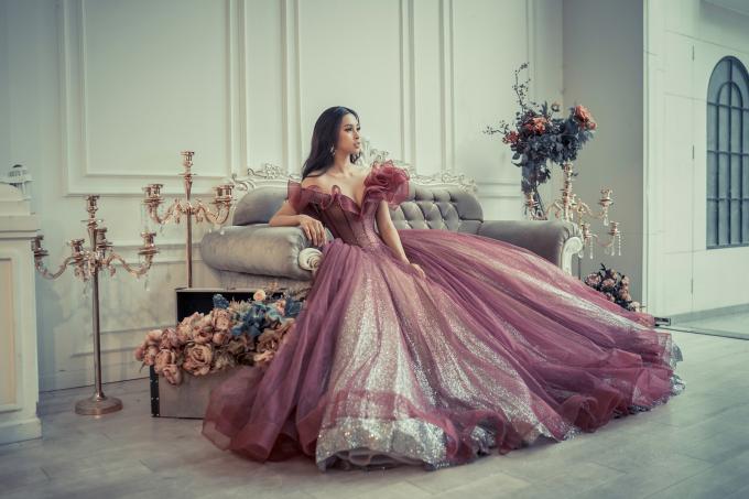 """<p> Trở về sau cuộc thi ngày 9/12, Hoa hậu Tiểu Vy được NTK Anh Thư chọn làm """"nàng thơ"""" trong Fashion show sắp diễn ra.</p>"""