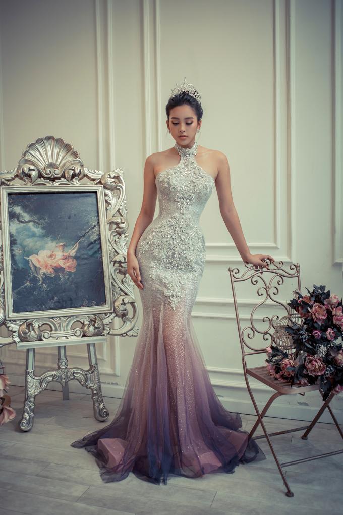 <p> Trong đêm đăng quang Hoa hậu Việt Nam 2018, Tiểu Vy đã mặc một thiết kế của NTK Anh Thư. Sau cuộc thi, cả hai trở nên thân thiết như chị em. Đó là lý do người đẹp được NTK chọn cho vị trí quan trọng này.</p>