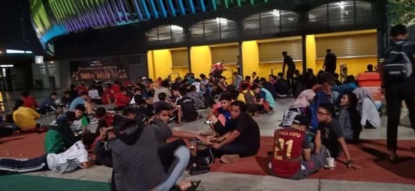 CĐV Malaysia xuyên đêm chờ mua vé xem chung kết AFF Cup - 3