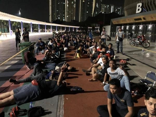 CĐV Malaysia xuyên đêm chờ mua vé xem chung kết AFF Cup - 4