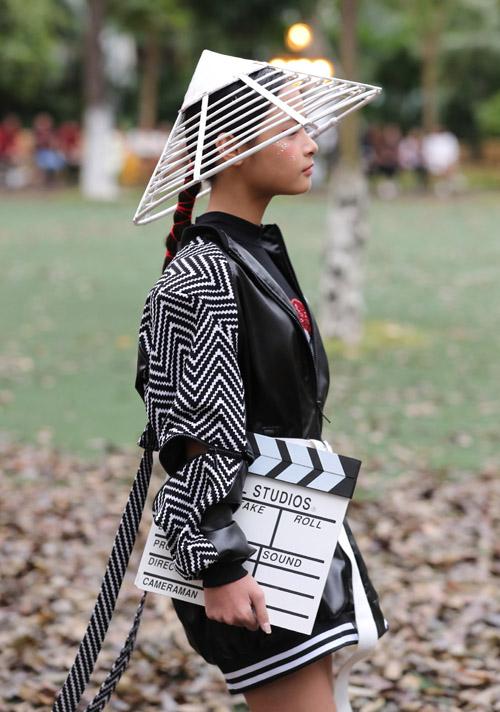 Diện bộ quần áo độc đáo, cô nhóc thể hiện thần thái chuyên nghiệp, hứa hẹn sẽ là một gương mặt được chú ý trong làng mốt tương lai.