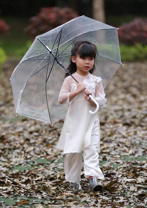 Gió mùa và thời tiết lạnh, trở mưa đột ngột của Hà Nội không thể làm hạ nhiệt sàn diễn thời trang được chờ đợi nhất mùa Thu-Đông của các người mẫu nhí. Bằng tâm huyết của mình, Xuân Lan vẫn đội mưa, điều phối show diễn, nỗ lực giữ ấm và trang bị ô để các người mẫu nhí tiếp tục hoàn thành phần trình diễn của mình.  Với sân khấu ngoài trời mang cảm hứng mùa thu Châu Âu, sàn diễn rợp lá vàng khô đã chứng kiến những sải bước đầy tự tin từ gần 500 người mẫu nhí.