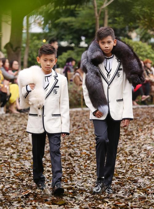 Hai con trai của Hà Kiều Anh diện đồ bảnh bao catwalk.