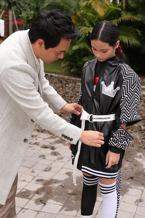 Cùng với các người mẫu ở độ tuổi thiếu niên, bé Bo tham gia trình diễn BST The Childen of freedom từ thương hiệu ST Fashion. Trong khi đó, MC Phan Anh lùi lại ở vị trí khán giả để chăm sóc con gái trong hậu trường và cổ cho con đi catwalk.