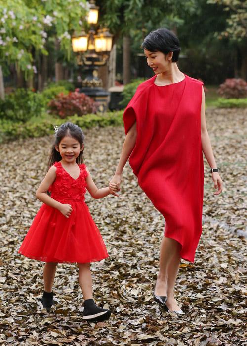 Trước đó, trong đêm diễn đầu tiên, Xuân Lan nắm tay con gái - bé Thỏ - đảm nhiệm vai trò trình diễn mở màn. Dù trời lạnh và mưa nhưng hai mẹ con vẫn rất rạng rỡ.