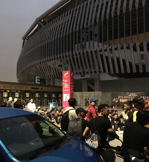 CĐV Malaysia xuyên đêm chờ mua vé xem chung kết AFF Cup - 8