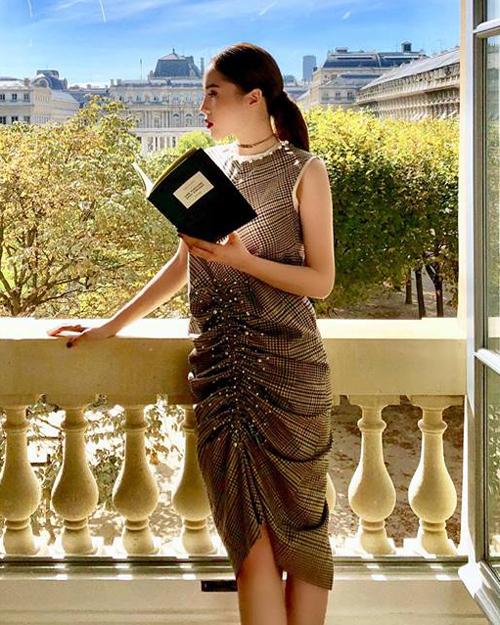 Các kiểu áo váy cổ lọ, cổ tròn nhưng che sát phần cổ đều không phù hợp với Kỳ Duyên.