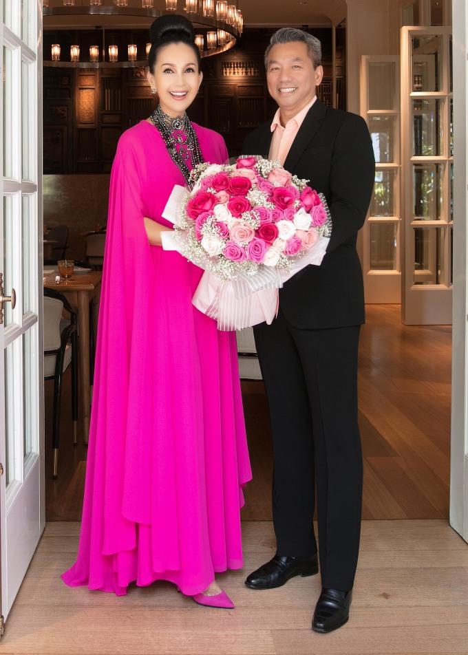 <p> Buổi tiệc bất ngờ có sự xuất hiện của doanh nhân Hà Tôn Đức. Đây là dịp hiếm hoi ông xã Diễm My xuất hiện trước công chúng.Đầu năm 2019, vợ chồng Diễm My sẽ kỷ niệm 25 năm ngày cưới.Hiện tại, vợ chồng Diễm My sống trong căn biệt thự với khuôn viên rộng 3.000 m2 tại Thảo Điền, Q.2, TP HCM.</p>