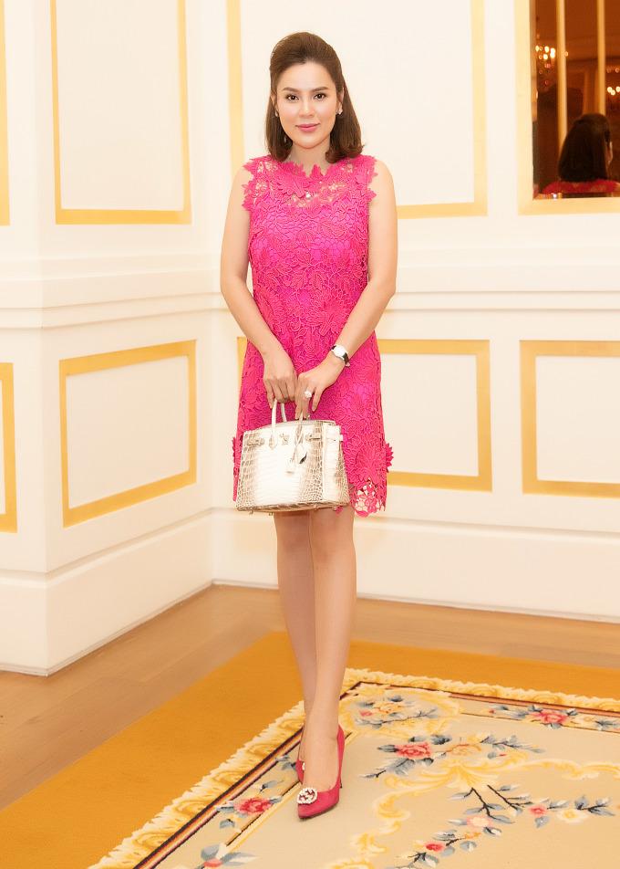 <p> Hoa hậu Phương Lê diện váy ngắn trẻ trung phối cùng chiếc túi xách Hermes Birkin da cá sấu giá đến 1,5 tỷ đồng.</p>