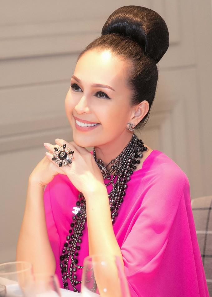 """<p> Trong buổi tiệc, Diễm My khoe vẻ đẹp sang trọng với phong cách """"ruột"""" là váy voan bay bổng kết hợp phụ kiện Chanel, tóc búi cao. """"Nữ hoàng ảnh lịch"""" được mệnh danh như mỹ nhân không tuổi của Vbiz.</p>"""
