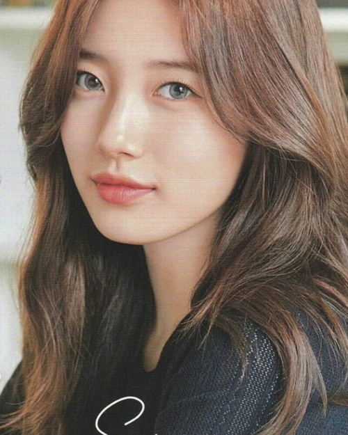 Vẻ đẹp của Suzy không phụ thuộc nhiều vào make up. Người đẹp luôn khiến fan xuýt xoa bởi lớp nền mỏng nhẹ mà vẫn căng bóng rạng rỡ.