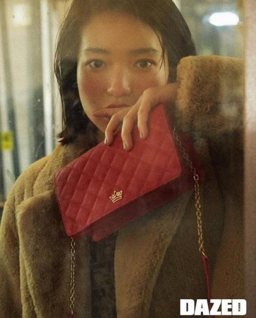 Nếu theo phong cách trang điểm má hồng say rượu, Kim Tae Ri lại toát lên khí chất của girlcrush điển hình.