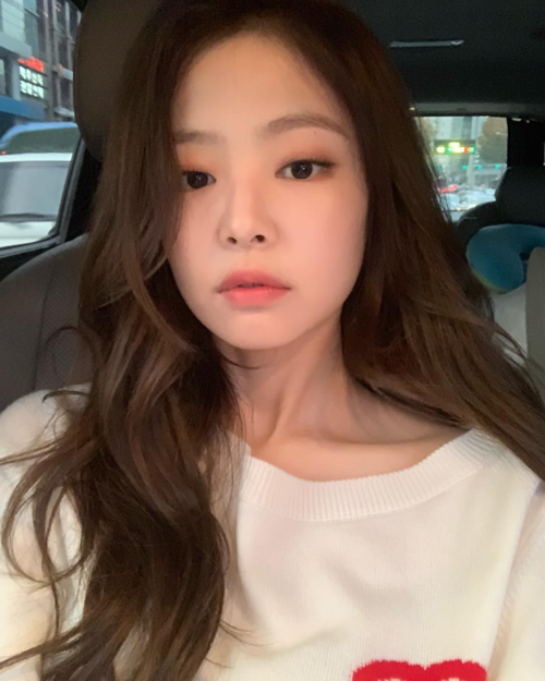 Màu son/mắt yêu thích nhất của Jennie trong năm nay là các tông cam đào, hồng đào, hồng baby. Gam màu này mang đến vẻ mộng mơ, kiêu kỳ, rạng rỡ cho cô nàng.