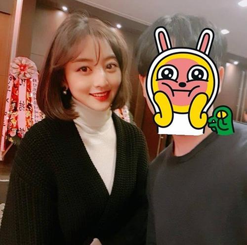 Ji Hyo có đôi mắt to, nụ cười làm bừng sáng không khí. Trong ảnh chụp vội khi đi dự đám cưới, nữ ca sĩ cũng nhận được nhiều lời khen ngợi.
