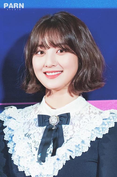 Cắt tóc ngắn là một quyết định siêu đúng đắng của Ji Hyo. Trưởng nhóm Twice khoe được những được nét sắc sảo trên gương mặt. Trong sự kiện mới, nữ ca sĩ giống như một tiểu thư của trường học danh giá.