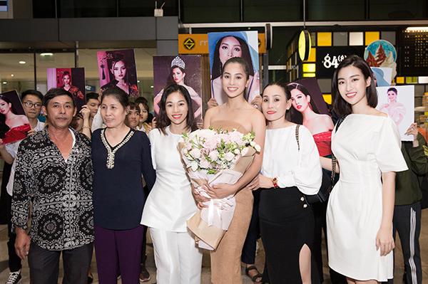 Người thân của hoa hậu Tiểu Vy cũng đã có mặt ở sân bay để chào đón cô sau hành trình dài tại Miss World.