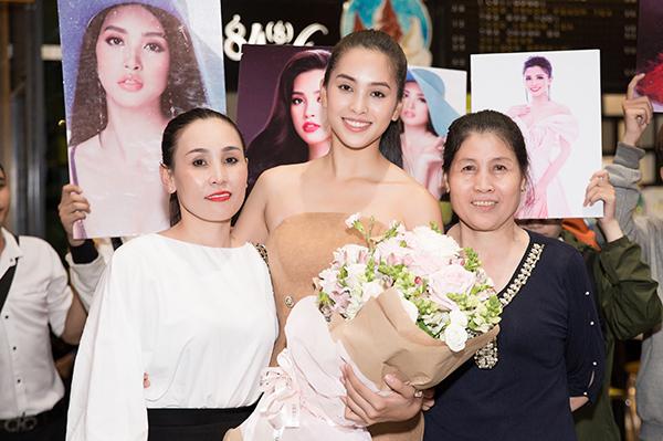 Đi cùng chuyến bay còn có mẹ Hoa hậu. Bà đã sang Trung Quốc để ủng hộ Tiểu Vy trong đêm chung kết.