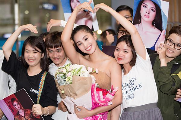 Nhiều người hâm mộ cũng đã có mặt rất sớm từ sân bay để chờ đón sự xuất hiện của nàng hậu.