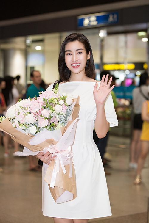 Hội chị em gồm Hoa hậu Mỹ Linh, Á hậu Phương Nga đã có mặt tại sân bay, háo hức đón em út Tiểu Vy.