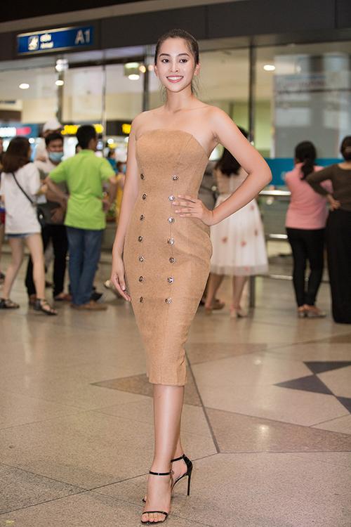 Sau đêm chung kết Miss World, Hoa hậu Tiểu Vy nhanh chóng thu dọn hành lý để trở về Việt Nam. Khuya 9/12, cô đáp chuyến bay muộn về đến sân bay Tân Sơn Nhất.