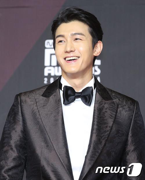Nam diễn viên Lee Ki Woo đốn tim fan bằng vẻ nam tính, nụ cười ấm áp trên thảm đỏ.