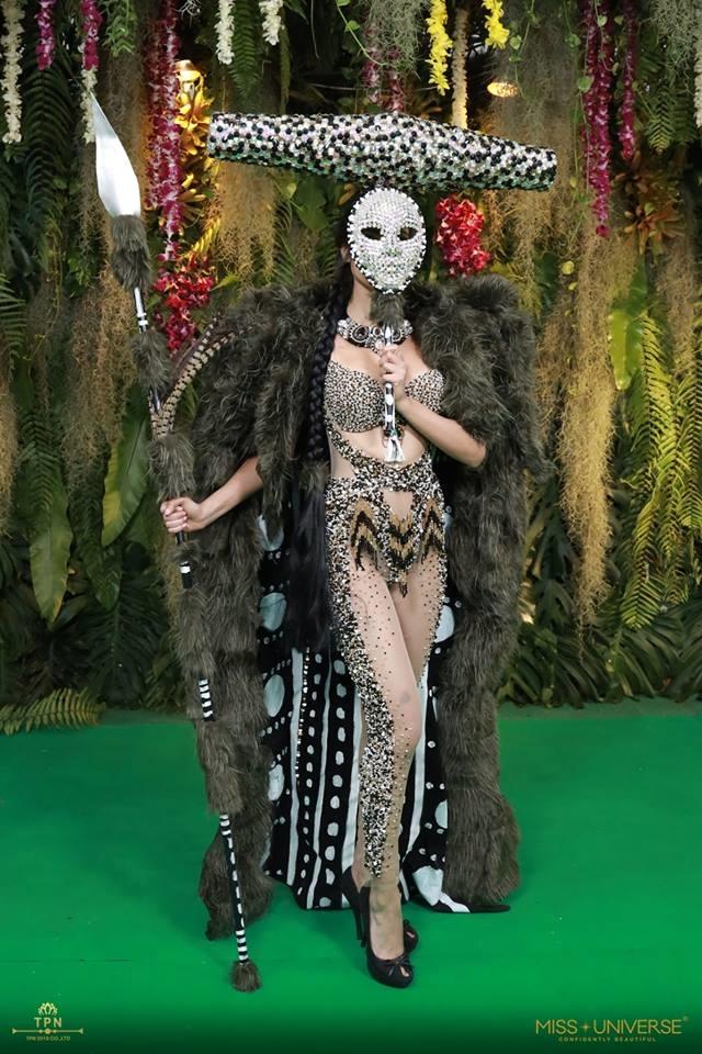 <p> Tối 10/12, đêm trình diễn National Costume (Trang phục dân tộc) của 94 thí sinh Miss Universe 2018 diễn ra tại Bangkok, Thái Lan. Đúng như tiêu chí của cuộc thi này, các người đẹp mang đến những bộ cánh không chỉ đẹp mắt, thể hiện được văn hóa quốc gia mà còn gây choáng ngợp vì độ hoành tráng và sáng tạo. Trong hình là trang phục dân tộc của Hoa hậu Chile.</p>