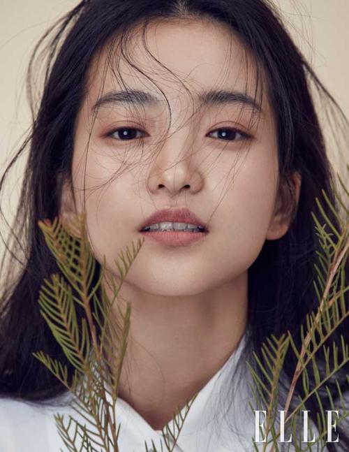 Nhìn qua thì nhan sắc ngọc nữ điện ảnh Kim Tae Ri không có gì nổi bật. Thế nhưng người đẹp sinh năm 1990 đang là cái tên được nhiều tạp chí thời trang và hãng mỹ phẩm săn đón.