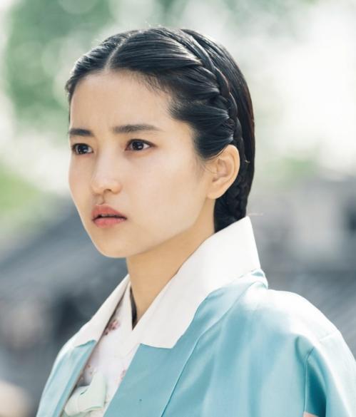 Trong bom tấn truyền hình Quý ngài ánh dương năm nay, nữ diễn viên hầu như không quá chú trọng vào các lối make up kĩ càng. Dù vậy, diễn xuất và vẻ đẹp lạ của Kim Tae Ri vẫn khiến khán giả đổ rầm rầm.