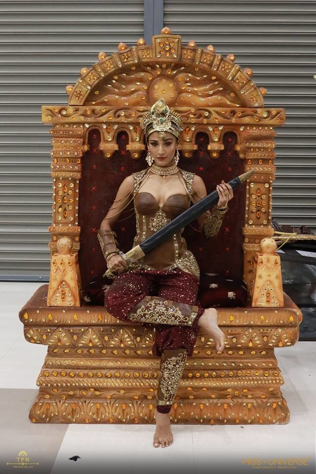 <p> Hoa hậu Ấn Độ tôn vinh hình tượng nữ quyền. Chiếc ngai mà cô đang ngồi lên nặng khoảng 70 kg khiến người đẹp gặp không ít khó khăn khi di chuyển.</p>