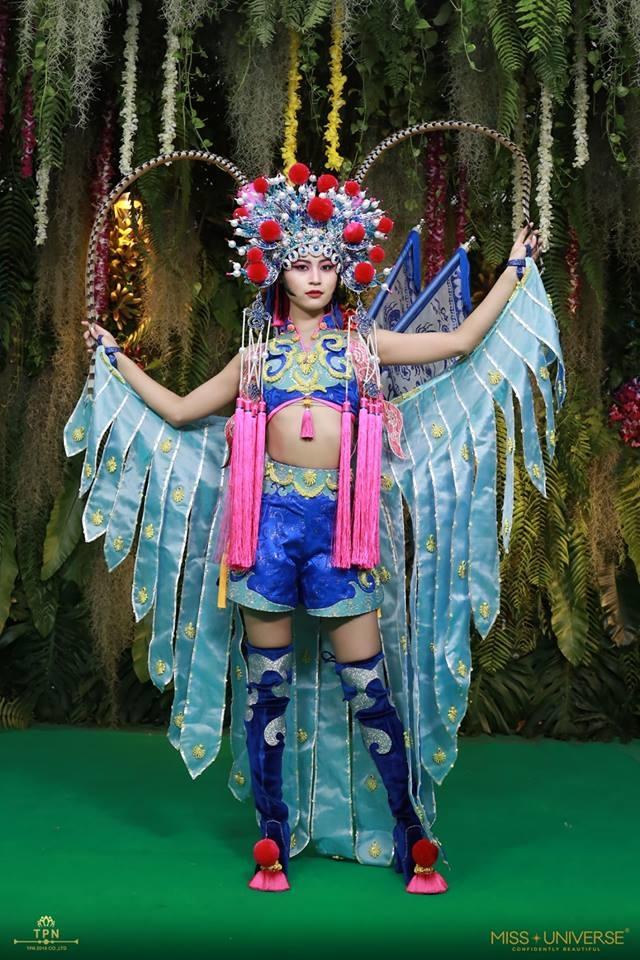 <p> Văn hóa hí kịch được tái hiện trong trang phục dân tộc của thí sinh Trung Quốc. Tuy nhiên bộ cánh gây tranh cãi vì kết hợp croptop với quần shorts khá hiện đại, đồng thời chưa tôn vóc dáng người mặc.</p>