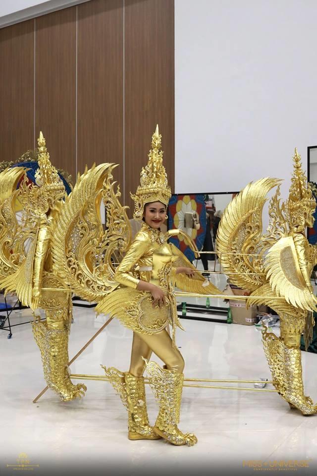"""<p> Người đẹp Lào khá vất vả khi phải di chuyển với bộ quốc phục kiểu """"phân thân"""" thành ba, rất cồng kềnh và nặng nề, tuy nhiên lại vượt xa nhiều quốc gia về độ sáng tạo.</p>"""