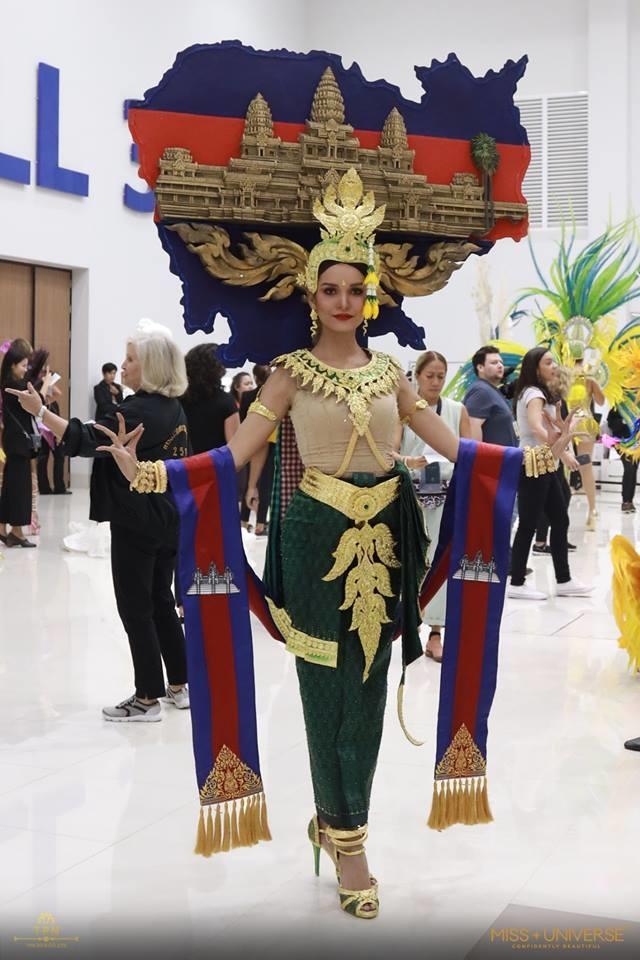 <p> Quốc phục, quốc kỳ cùng bản đồ đất nước được tái hiện trên trang phục dân tộc đẹp mắt của thí sinh Campuchia.</p>