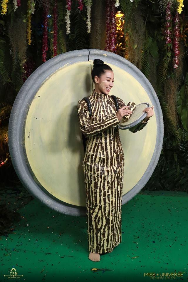 """<p> Bộ trang phục của Myanmar lấy cảm hứng từ loại mỹ phẩm chăm sóc da nổi tiếng của nước này mang tên """"Tanaka"""", một loại bột màu vàng trắng làm từ vỏ cây. Bộ đồ cũng mô tả cách làm bột Tanaka, đó là mài vỏ cây, gỗ cây và rễ trên một tấm bảng tròn, thêm một ít nước.</p>"""
