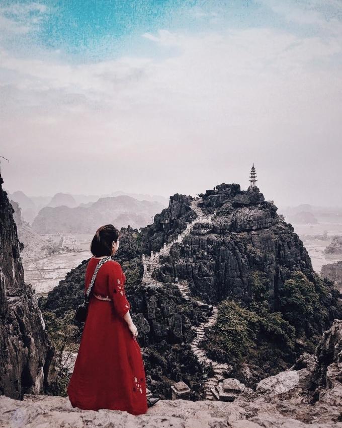 """<p> Tọa lạc ngay dưới chân núi Múahình quả chuông úp ngược, rộng 800m2, thuộc địa phận thôn Khê Đầu Hạ (xã Ninh Xuân, Hoa Lư, Ninh Bình), Hang Múa luôn được khách du lịch ưu ái cho những biệt danh mỹ miều, đặc biệt là """"Vạn Lý Trường Thành"""" của đất Việt.</p>"""