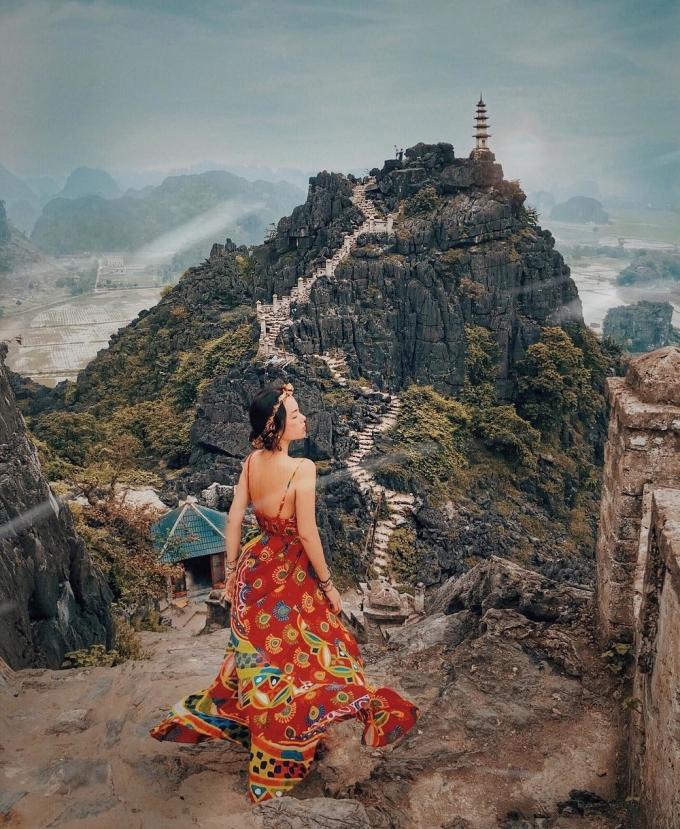 """<p> Đường lên đỉnh núi Múa quanh co, cao """"ngút trời"""" với gần 500 bậc thang hiện lên trước tầm mắt là thách thức cũng như điểm nhấn tuyệt vời cho khách ghé thăm.</p>"""