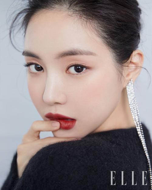 Gương mặt Na Eun được đánh giá là phù hợp với mọi tiêu chí của một người mẫu ảnh. Nữ thần tượng cũng có được nhiều hợp đồng quảng cáo mỹ phẩm tại Hàn.