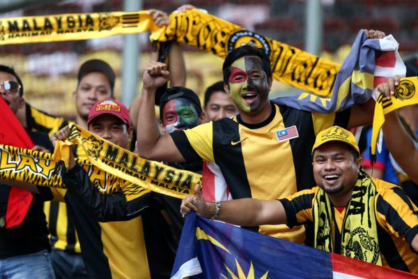 CDDV Malaysia với áo cổ vũ truyền thống của đội tuyển.