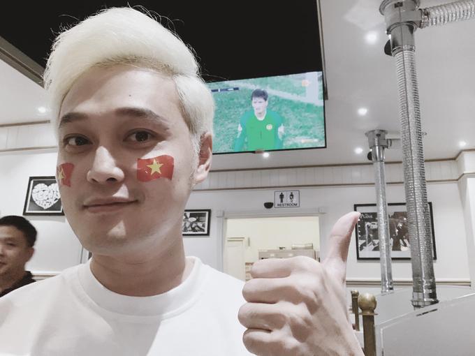 <p> Tối 11/12, trận chung kết lượt đi giữa đội tuyển Việt Nam - Malaysia trên sân vận động Bukit Jalil khép lại với tỷ số hòa 2-2. Theo giới chuyên môn, kết quả hòa giúp Việt Nam có nhiều lợi thế hơn so với đối thủ trong trận chung kết lượt về tại sân Mỹ Đình. Sao Việt cũng theo dõi và ủng hộ cho đội tuyển Việt Nam sau trận đấu với nhiều cảm xúc.</p> <p> Quang Vinh vui mừng và cảm thấy nghẹt thở khi Việt Nam ghi hai bàn vào lưới đội tuyển Malaysia. Tuy nhiên, kết quả hòa 2-2 khiến anh cảm thấy có chút tiếc nuối. Nam ca sĩ hy vọng Việt Nam sẽ ghi được hai bàn tháng vào lưới Malaysia trong trận chung kết lượt về.</p>