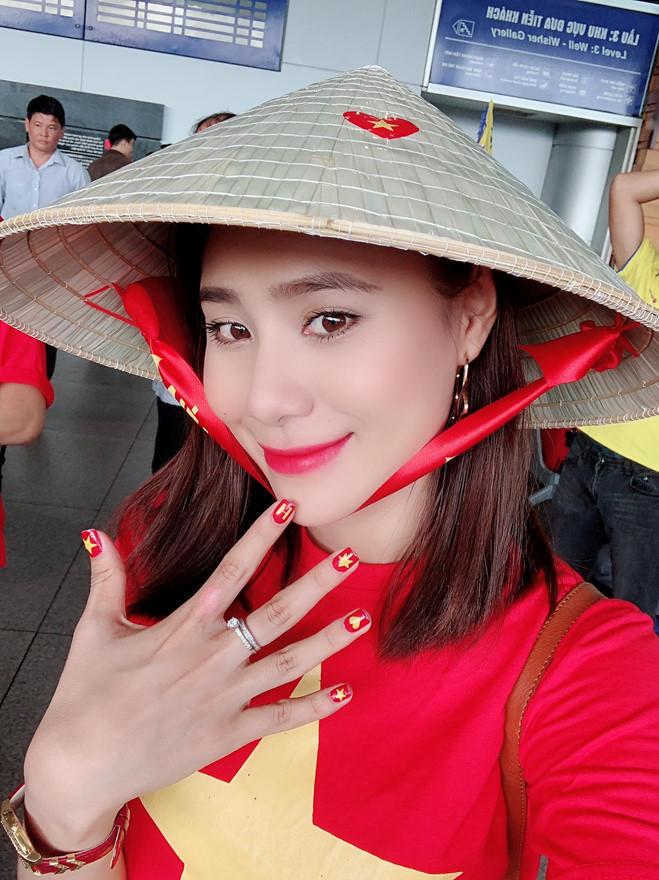 <p> Đến tận sân vận động Bukit Jalil cổ vũ tuyển Việt Nam, Hồ Bích Trâm tâm sự cô cảm thấy bức xúc trước những tiểu xảo mà đối thủ Malaysia dùng khi thi đấu với tuyển Việt Nam.</p>