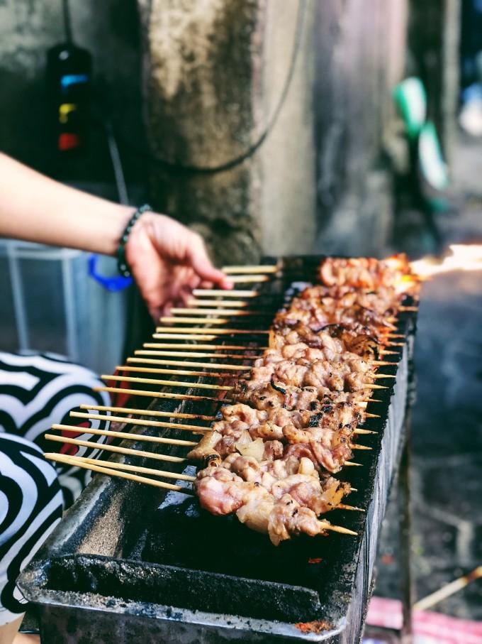 """<p> <strong>Thịt xiên nướng</strong></p> <p class=""""Normal""""> <span>Một trong những món hấp dẫn mọi tín đồ ăn vặt là thịt xiên nướng. Từng xiên thịt thơm phức, nóng hổi được nướng cháy cạnh, vị nồng của ớt, hành tây hòa quyện với nhau trông thật hấp dẫn và ngon miệng.</span></p>"""