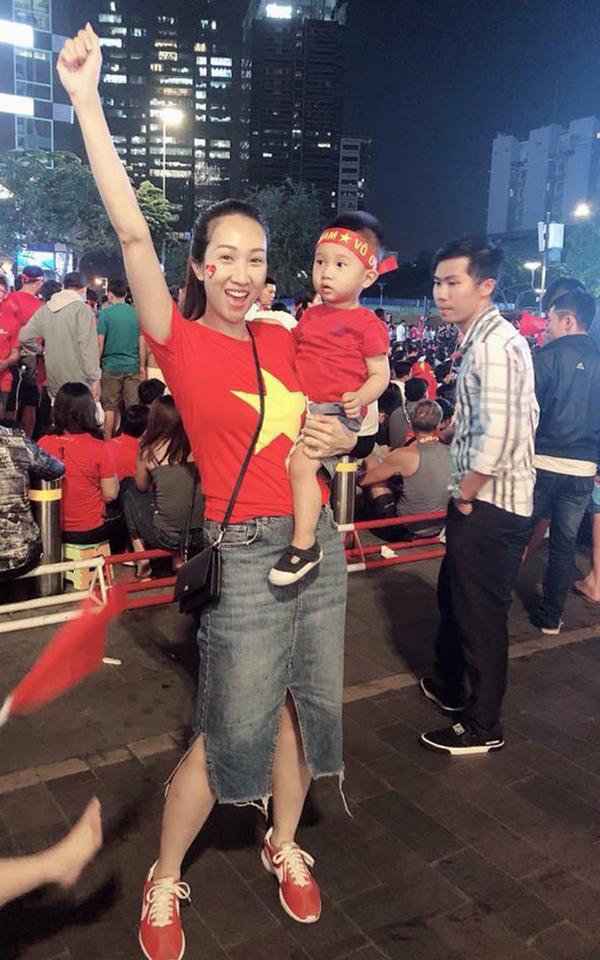 """<p> Trên trang cá nhân, Lều Phương Anh cho biết cô """"nín thở"""" xuyên suốt trận đấu hôm nay. Ban đầu, cô đoán tỷ số là 0-0 nhưng kết quả chung cuộc lại là 2-2. Cô mong đội tuyển Việt Nam sẽ có kết quả tốt trong trận chung kết lượt về vào ngày 15/12 tới.</p>"""