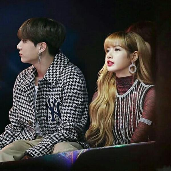 Em út BTS Jung Kook có vô số tin đồn hẹn hò, nhưng gần đây rộ lên tin anh chàng hẹn hò... Lisa (Black Pink). Fan ghép đôi cặp này rất đông đảo, thường xuyên chế ảnh, viết fanfic để thỏa mãn trí tưởng tượng.