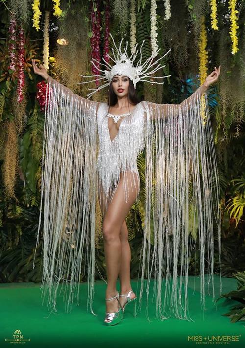 Trang phục dân tộc là một trong những phần thi được chờ đón nhất ở Miss Universe. Ngoài những bộ quốc phục hoành tráng, kỳ công, nhiều quốc gia còn có truyền thống mang đến những thiết kế có kiểu dáng sexy chẳng khác gì nội y, với mục tiêu khoe vóc dáng triệt để. Trong đêm thi National Costume của Miss Universe 2018 diễn ra tối 10/12, không thiếu những bộ cánh hở bạo như vậy. Trong hình là trang phục dân tộc của đại diện Bolivia.