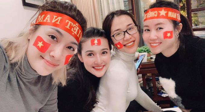 <p> Pha Lê hò hét khan cổ họng khi Huy Hùng ghi bàn thắng cho tuyển Việt Nam. Cô hài lòng với kết quả hòa vì các cầu thủ đã chiến đấu hết sức.</p>