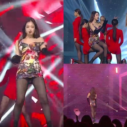 Bằng chứng là Jennie liên tục bị rơi vào tình huống nguy hiểm khi mỗi lần máy quay chọn góc hướng từ dưới lên. Nhiều netizen nhận xét đây là một outfit nhức mắt, quá tiết kiệm vải.