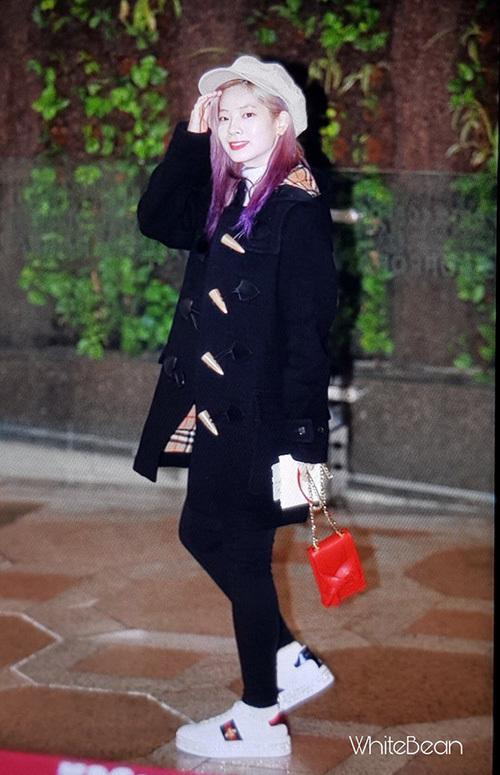 Da Hyun chơi trội với đồ hàng hiệu gồm áo khoác Burberry, giày Gucci.