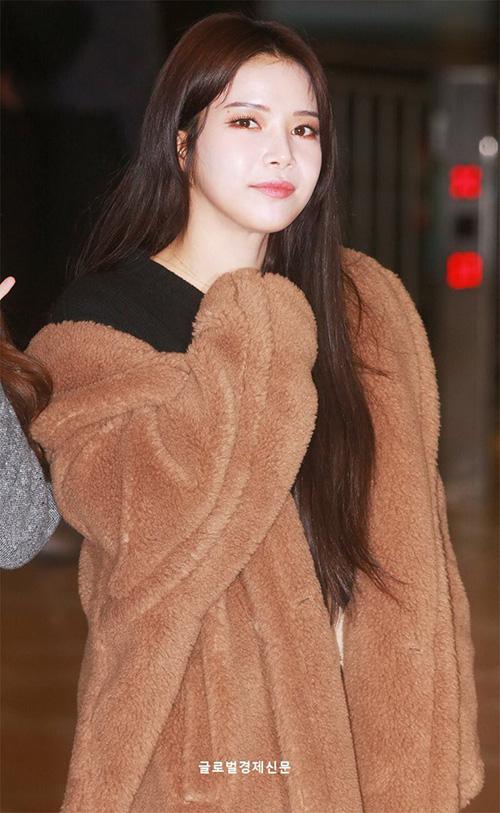 Moon Byul diện áo bông ấm áp để đối phó với thời tiết lạnh giá ở Hàn.