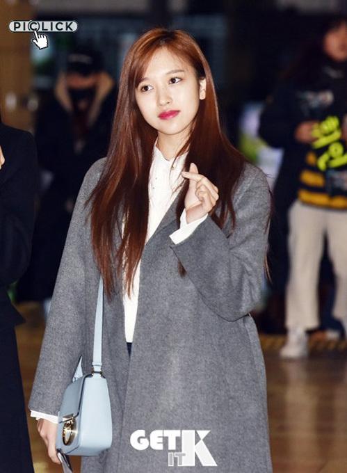 Mina chỉ to son, make up nhạt khi ra sân bay. Cô nàng đang ở thời kỳ đỉnh cao nhan sắc.