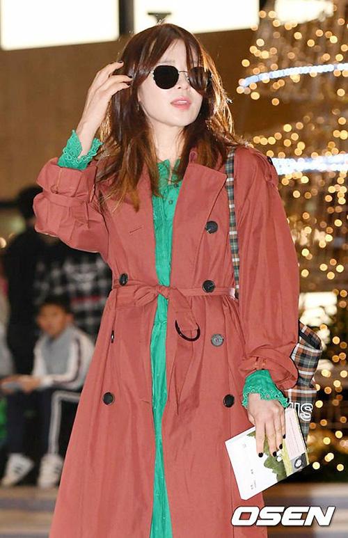 Nữ diễn viên Choi Kang Hee cũng có mặt ở sân bay. Ngôi sao còn cầm theo cuốn sách để đọc trong lúc di chuyển.