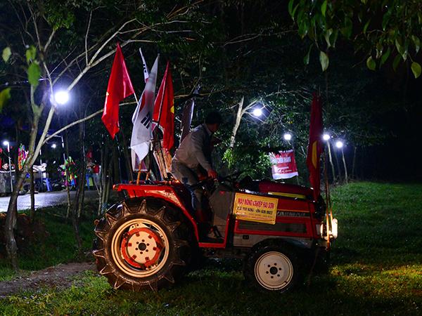 CĐV lái cả máy cày đến nhà Quang Hải.